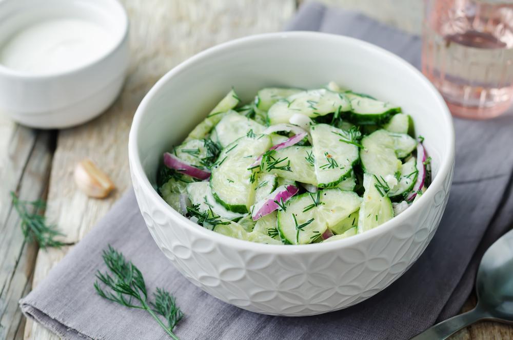Салат из огурца и красного лука, заправленный греческим йогуртом (сметаной)