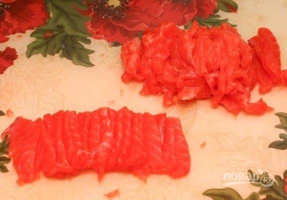 Салат с красной рыбой слоями