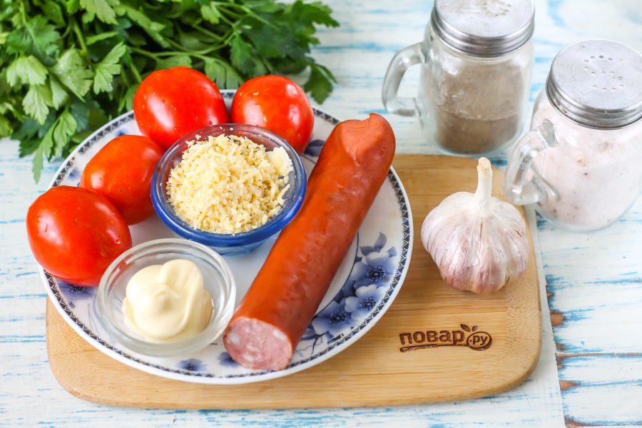Ингредиенты для салата с колбасой и помидорами