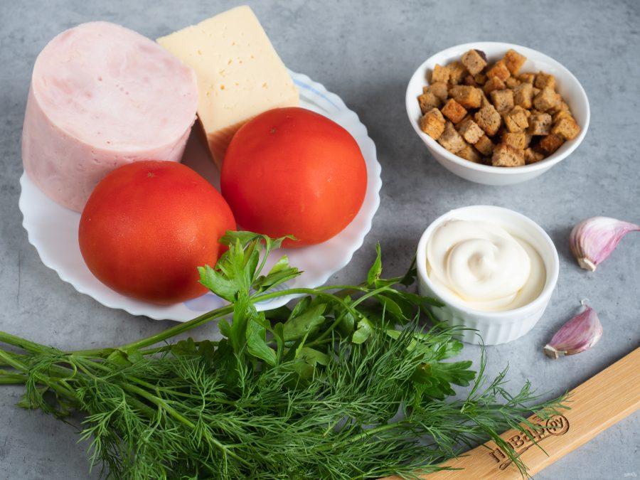 Ингредиенты для салата с ветчиной, томатами и сухариками