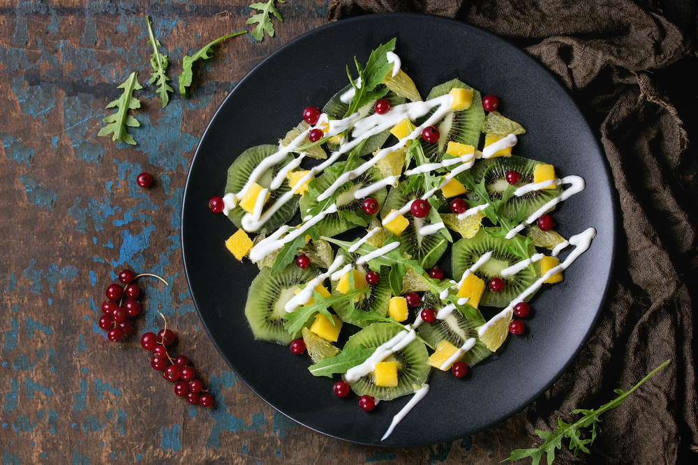 Фруктовый салат с красной смородиной и рукколой