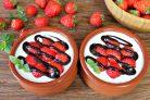 Десерт из сметаны и клубники