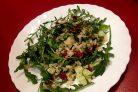 Салат из рукколы с рисом, огурцом и вялеными помидорами