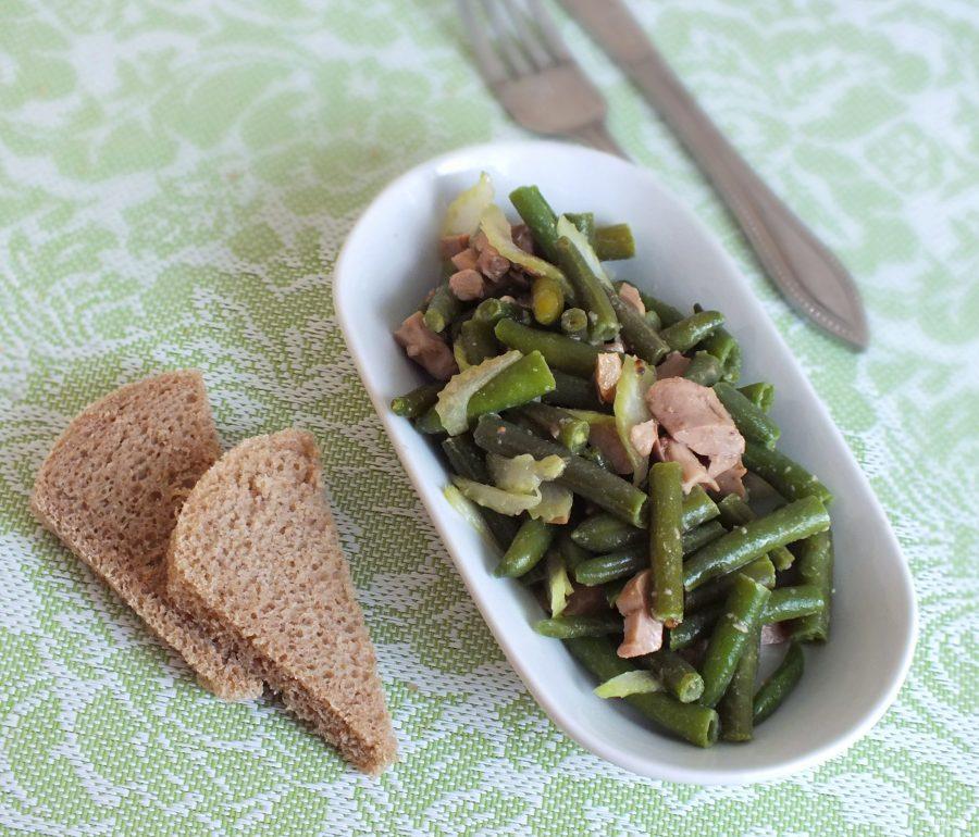 Салат со стручковой фасолью и печенью трески