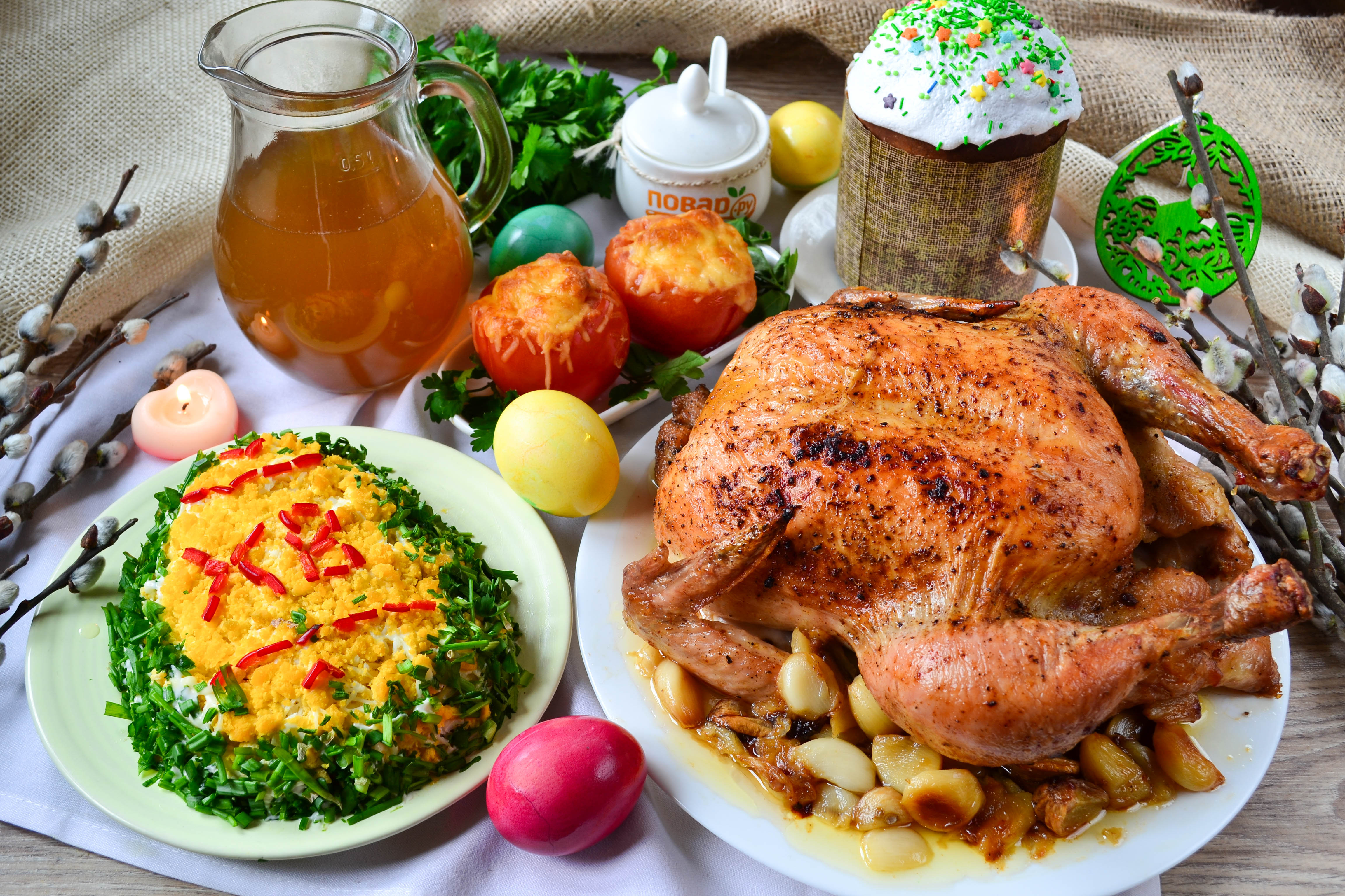 """Меню на Пасху: фаршированные помидоры, салат """"Пасхальное яйцо"""", запеченная курица на чесночной подушке, дрожжевой кулич и компот из сухофруктов"""