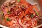 Салат с красным луком и помидорами