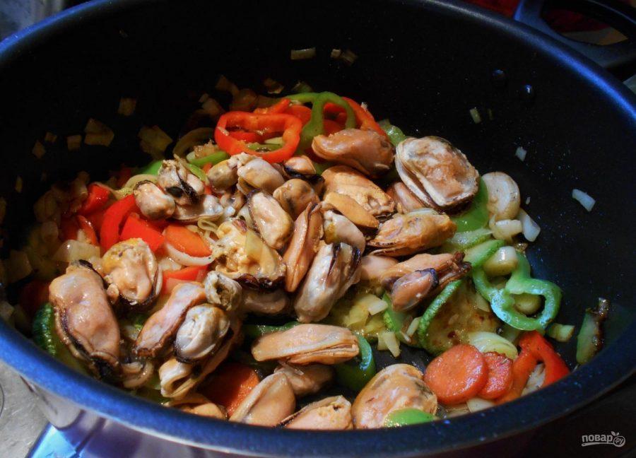морепродукты с овощами на сковороде