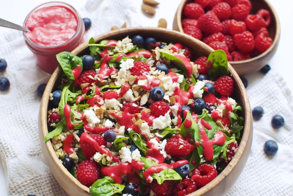 Салат с сыром фета, ягодами и киноа