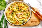 Салат с омлетом и копченой курицей