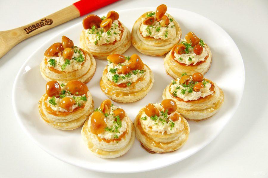 Новогодние волованы с сыром и грибами