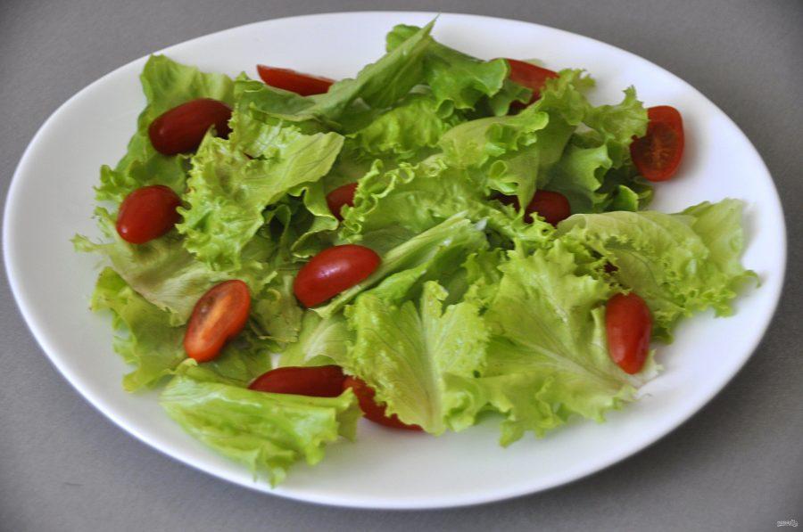 Зелёный салат с красной рыбой