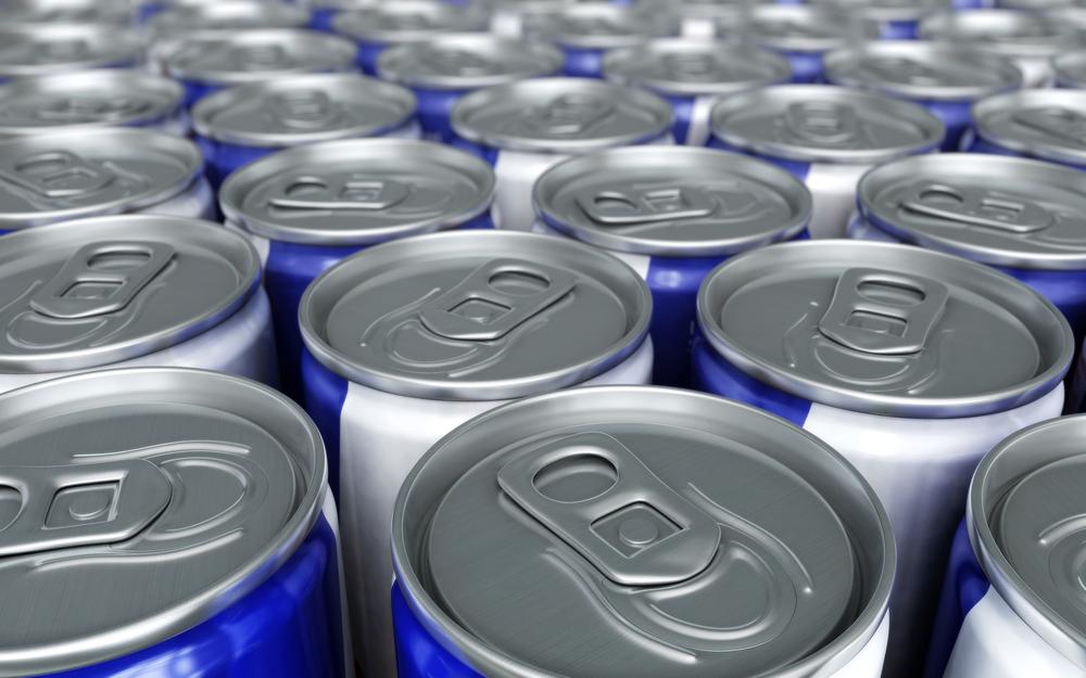 Энергетический напиток в банках