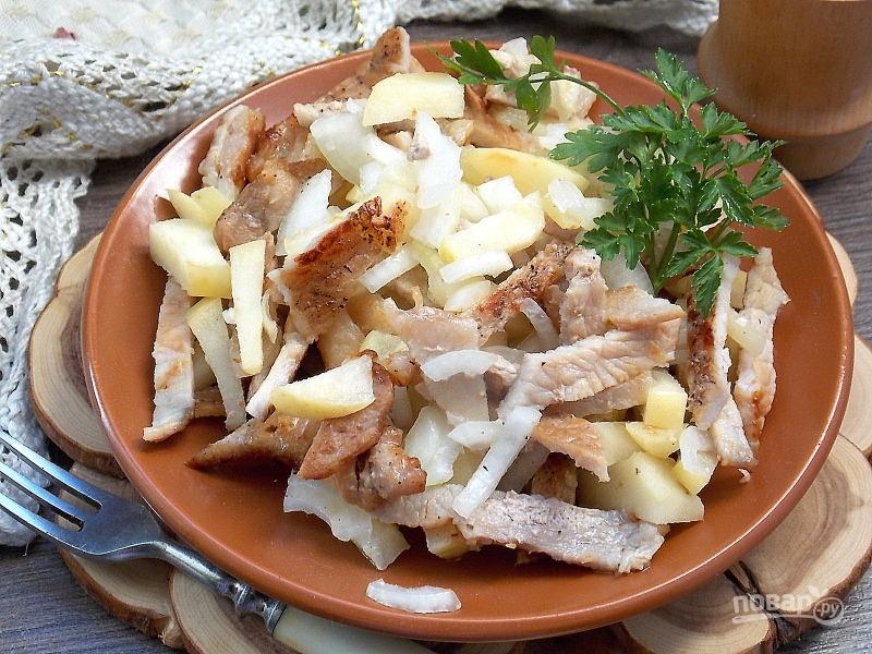 Пикантный салат с моченым яблоком