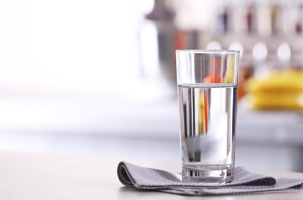 Натощак надо выпивать стакан воды.