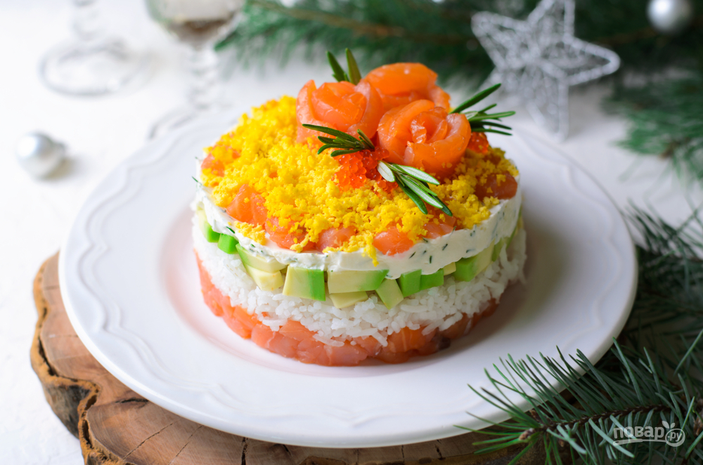 Салат с красной рыбой, рисом и авокадо