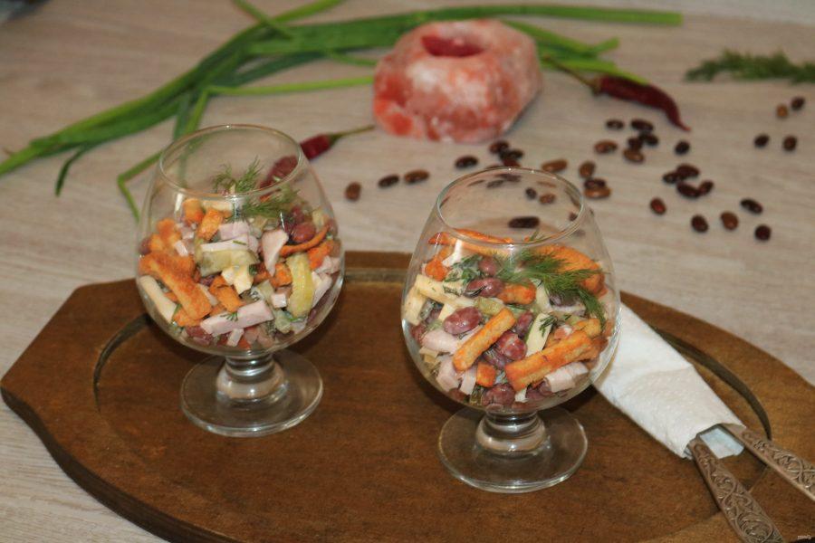 Салат с фасолью и сухариками - пошаговый рецепт