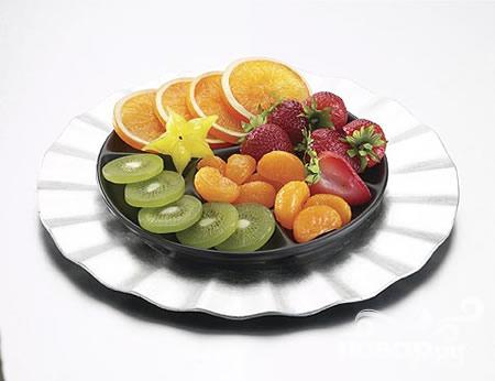 ...красивые ягоды или дольки фруктов для украшения бокалов с коктейлем.