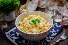 Салат с кукурузой, авокадо и крабовыми палочками