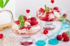 Десерт с персиками и малиной