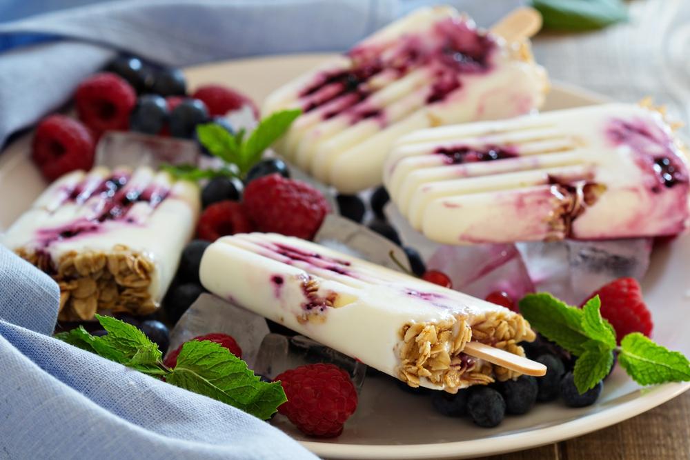 Мороженое из йогурта, мюсли и ягод