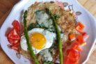 Запечённое яйцо с картофелем и шпинатом