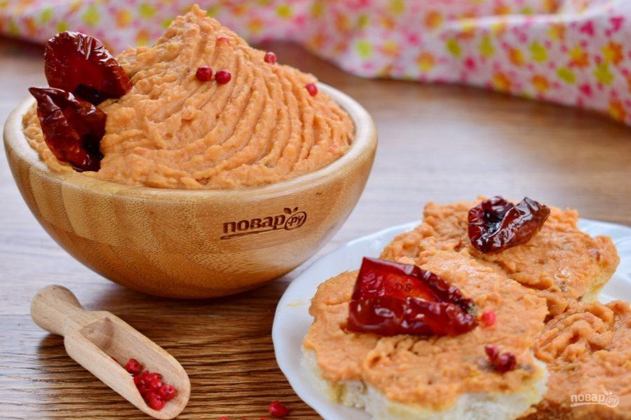 Хумус с запеченным перцем и вялеными томатами