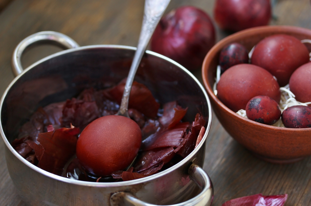 Яйца, окрашенные луковой шелухой