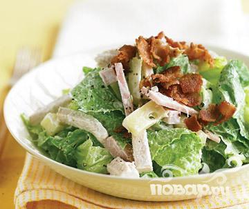 Салат с беконом, индейкой и сыром
