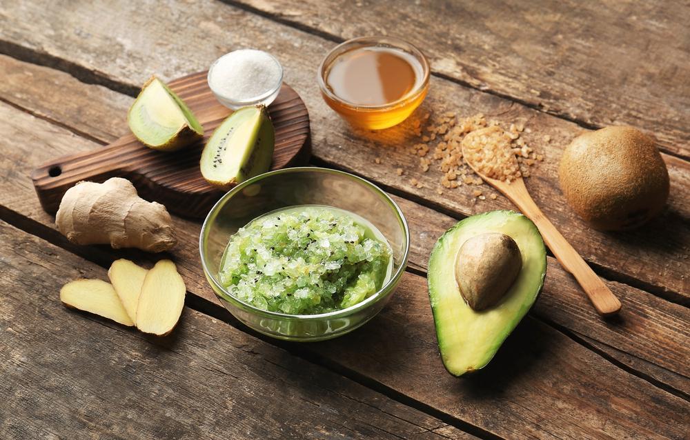 Скраб для тела из имбиря, авокадо, меда, киви, соли и коричневого сахара