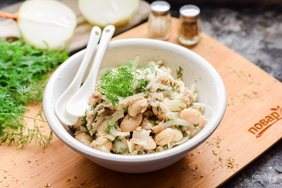 Салат из рыбных консервов с фасолью