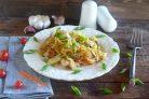 Свиные отбивные с китайской капустой и рисовой лапшой