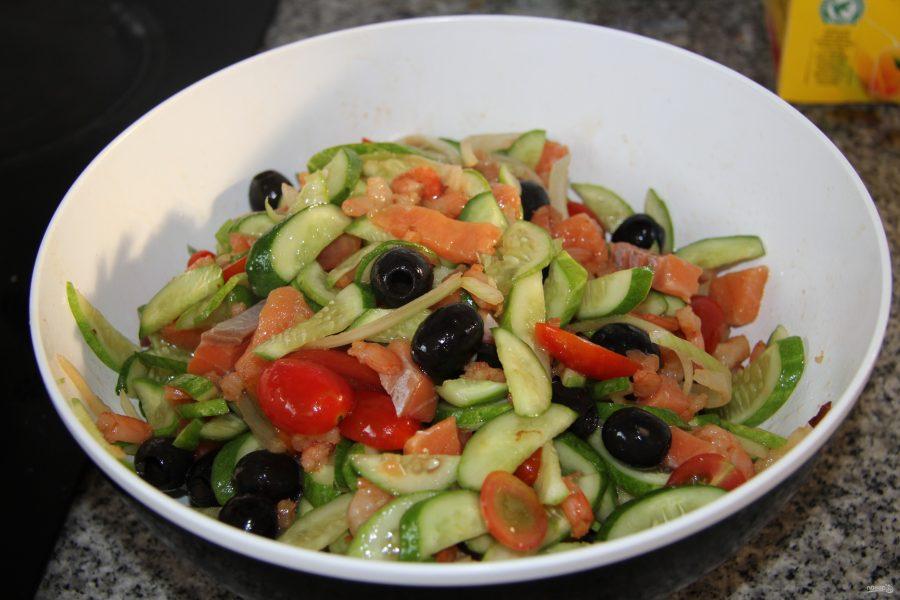 Слоеный салат с тунцом и яблоком можно приготовить достаточно быстро и без особых затрат.
