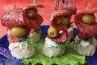 Канапе на шпажках с салями