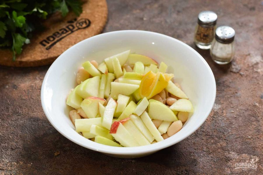 Салат с тунцом, яблоком и фасолью