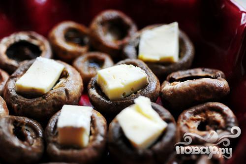 Фаршированные грибы с сыром Бри