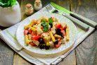 Салат с сухариками и маслинами