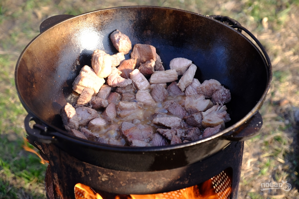 Готовим плов: обжариваем в казане мясо