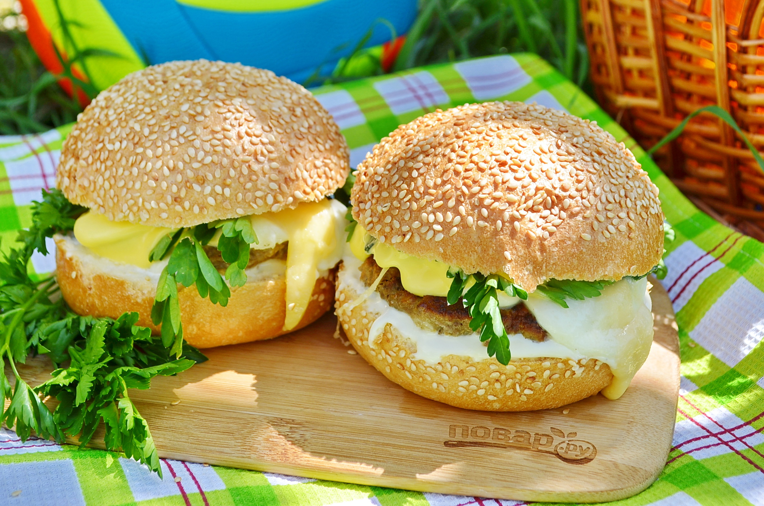 Сырный бургер или чизбургер для пикника