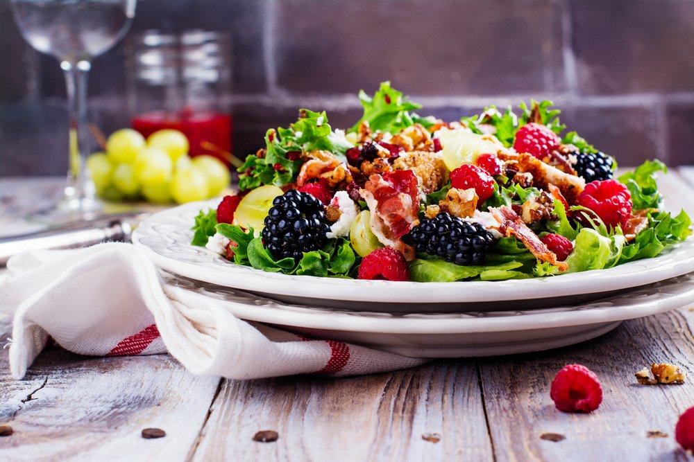 Салат с ягодами, орехами, сыром фета и беконом