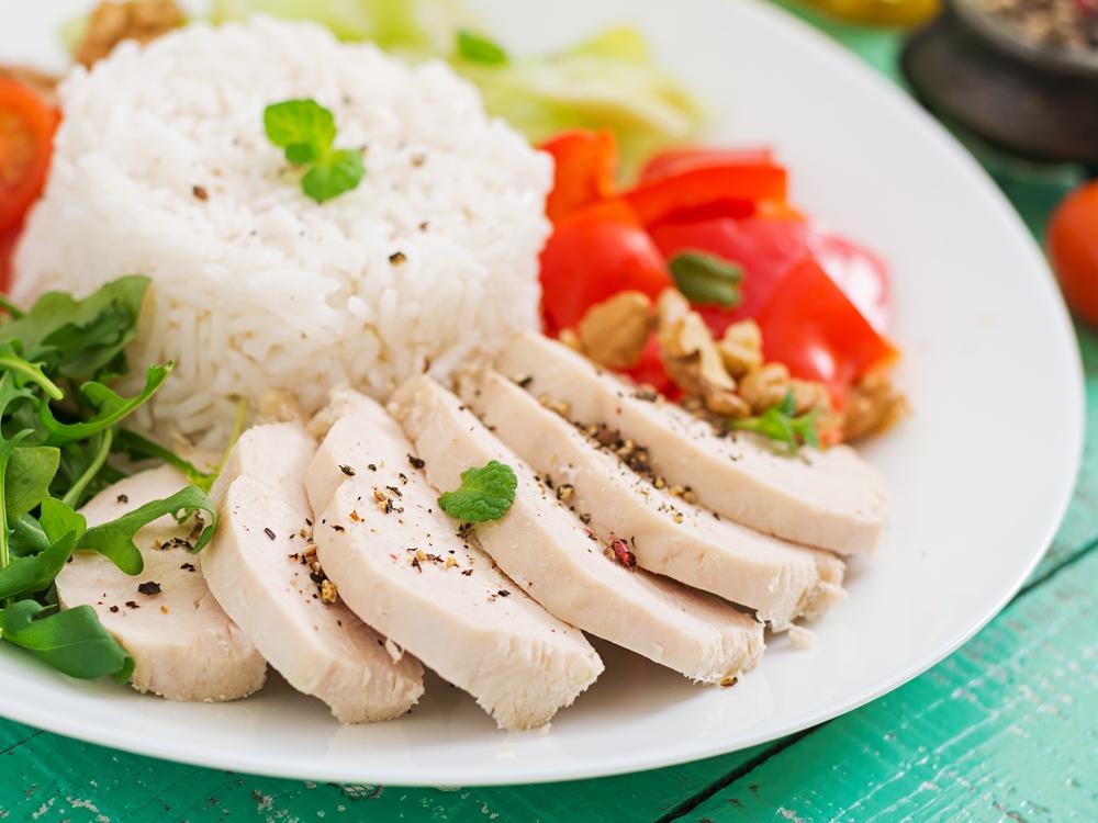 Здоровое питание: вареная куриная грудка с гарниром из риса и овощей
