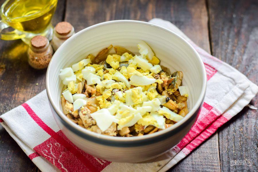 Салат со шпротами и грибами