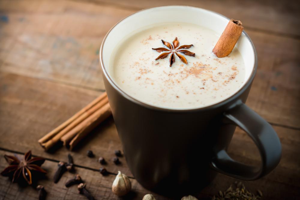 Теплое молоко с корицей и гвоздикой