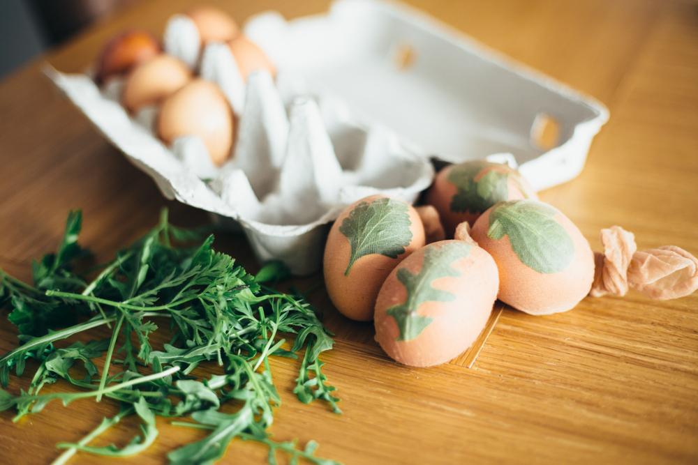 Окрашивание яиц луковой шелухой, шаг-3