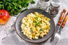 Салат с яблоками, сыром и яйцами