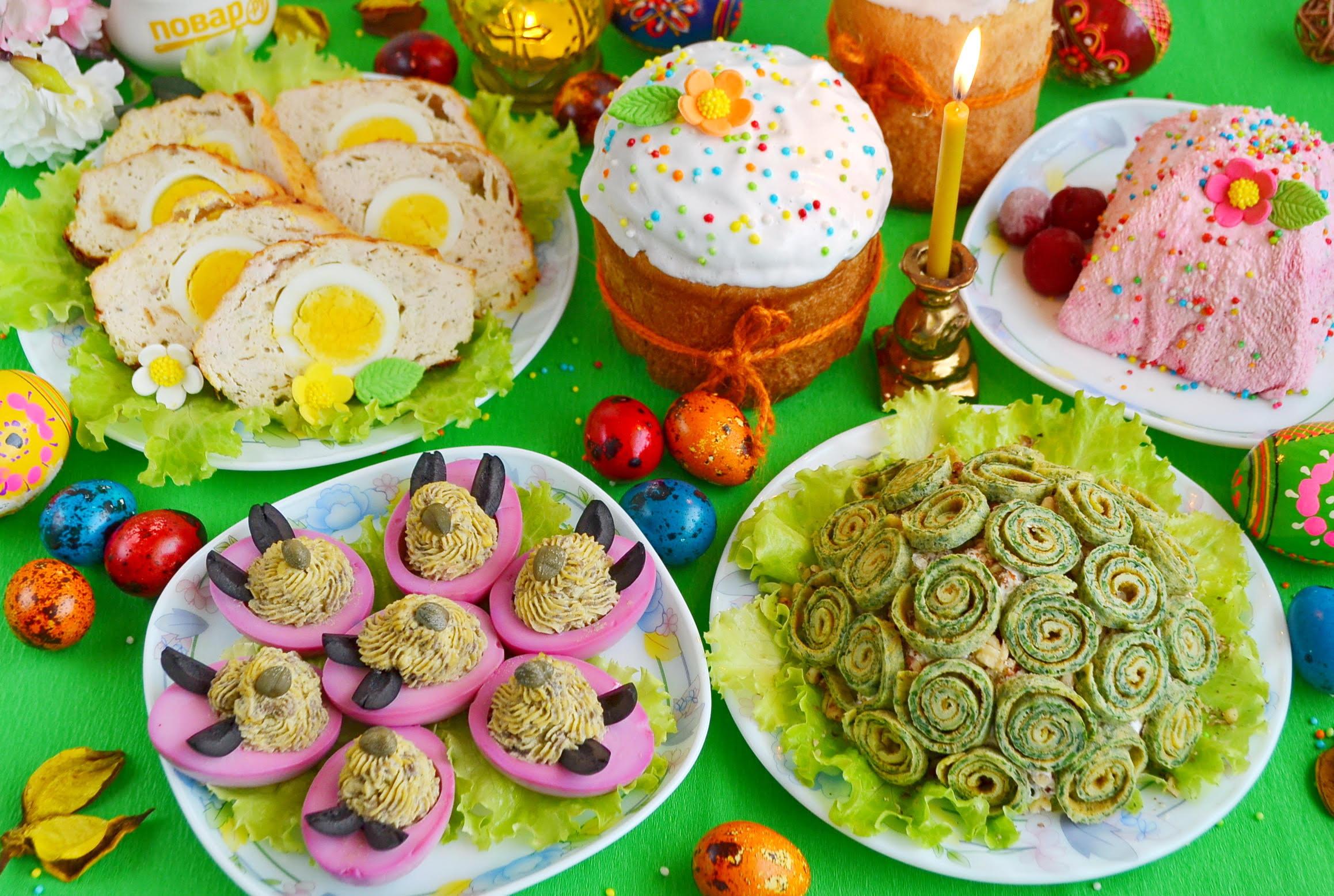 Меню на Пасху: крашеные перепелиные яйца, фаршированные розовые яйца с грибной начинкой, салат с говядиной и яичными розочками, фальшивый заяц, красная пасха и кулич с помадкой