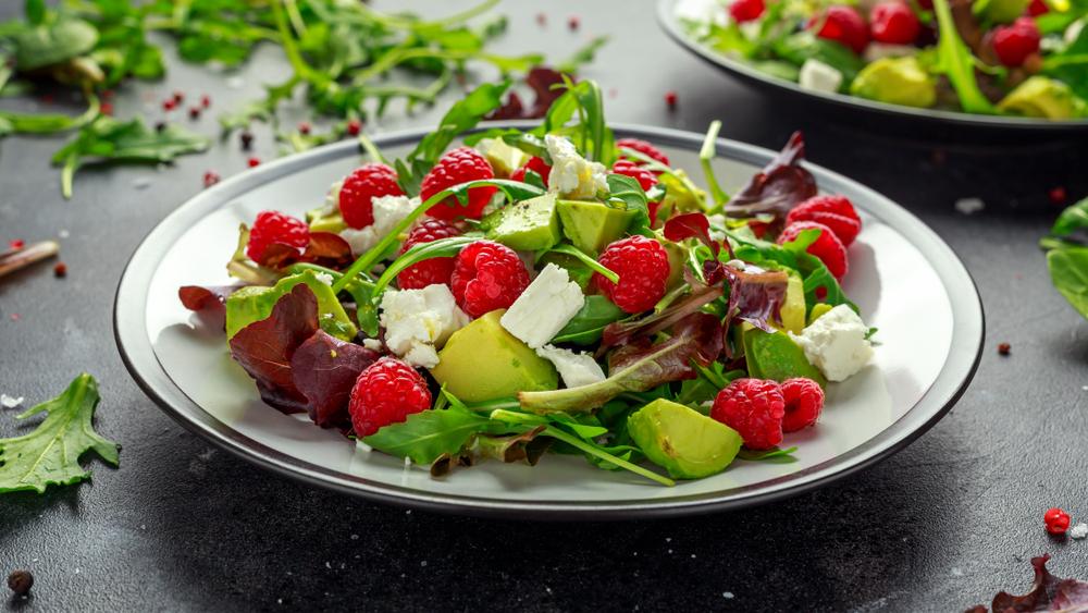 Свежий салат с малиной, авокадо и сыром фета