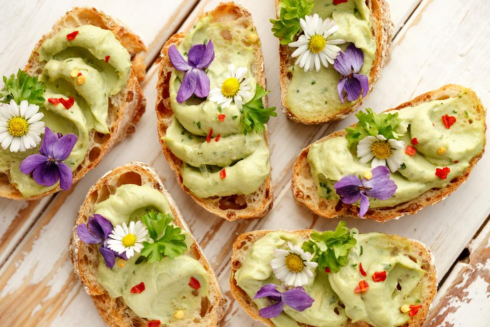 Сэндвич с песто из авокадо и цветами