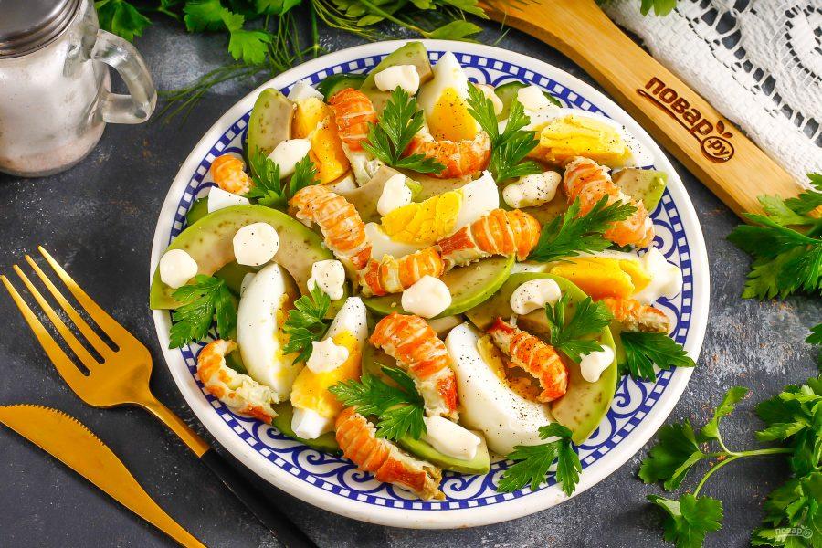 Салат с раковыми шейками и авокадо