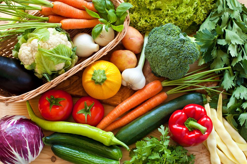 Свежие овощи: огурцы, помидоры, брокколи, цветная капуста, сладкий перец, капуста, морковь, цукини, баклажан, лук, картошка, стручковая фасоль