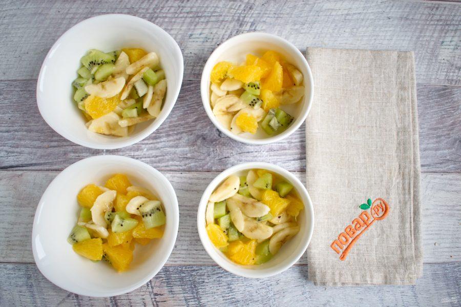 Приготовление десерта с фруктами и безе
